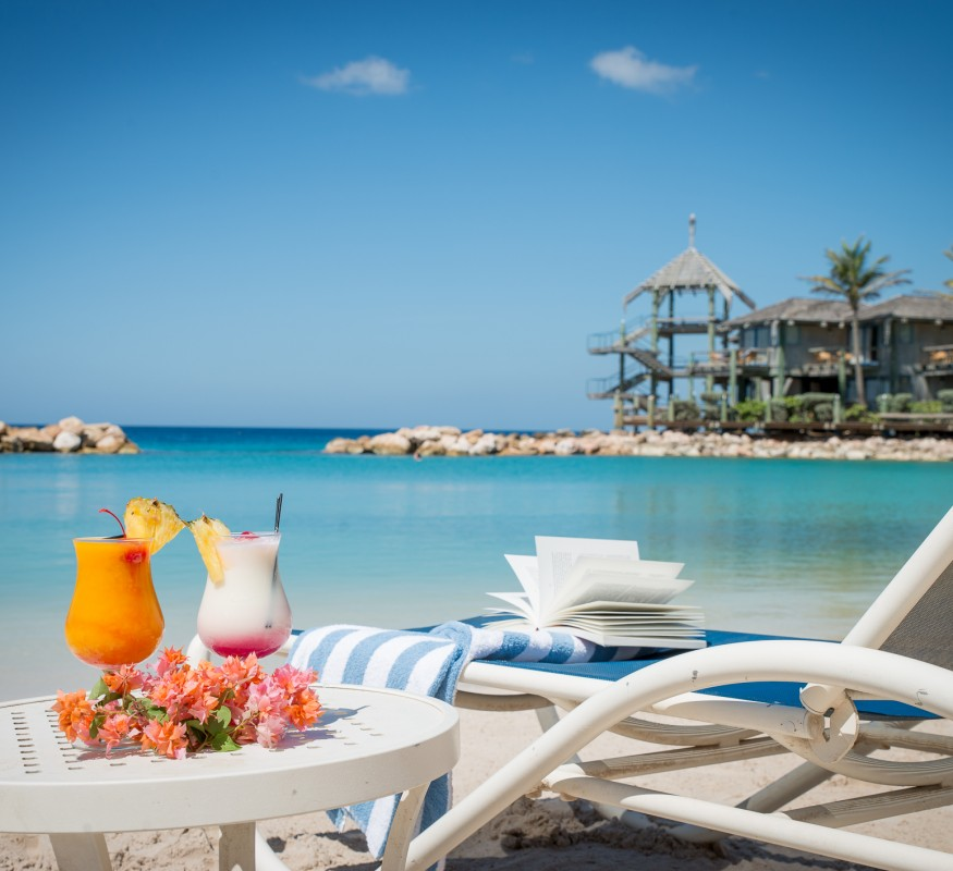Lekker lezen op het strand bij het Avila Beach Hotel onder het genot van een cocktail