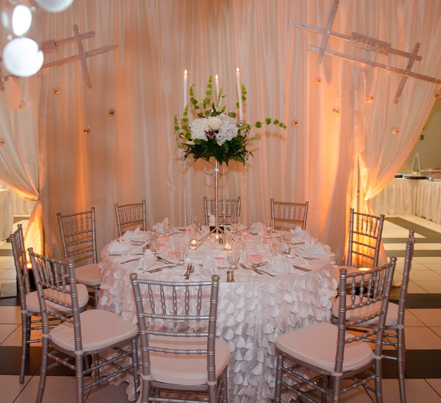 Your indoor romantic wedding dinner