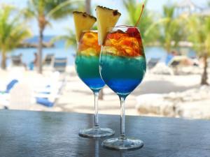 Hoe u thuis de beroemde Bon Bini-cocktail maakt