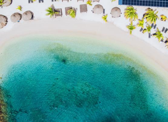 Beide Strände werden von Wind und hohen Wellen, mit Hilfe von Offshore-Wellenbrechern, geschützt und bieten somit zu jeder Zeit ruhiges und ideales Wasser zum Schwimmen. Diese Eigenschaften sind perfekt, damit kleine Kinder im ruhigen Meer schwimmen und Sie das türkisblaue Wasser und das wunderschöne Hausriff während des Schnorchelns genießen können.  Bist du nicht im Hotel als Hotelgast? Genießen Sie unseren Beach Day Pass (ohne Handtuch und nicht für unseren Pool) für nur Nafl. 18 pro Erwachsener und Nafl. 9 pro Kind. Es gibt eine begrenzte Anzahl von Beach Day Pässe pro Tag. Bitte rufen Sie +5999 – 788 1949 für weitere Informationen an.
