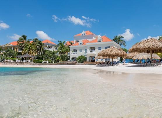 Onze witte zandstranden bieden veel schaduwplekken met behulp van de palmbomen, parasols en palapa's (een met palmblad gedekte parasol). Ons tweede strand, Queen's beach, is toegankelijk voor onze gasten die verblijven in onze La Belle Alliance appartementen. Het maakt niet uit op welk strand u besluit uw dag door te brengen, u kunt er genieten van gratis ligstoelen, badlakens en een prachtig uitzicht.